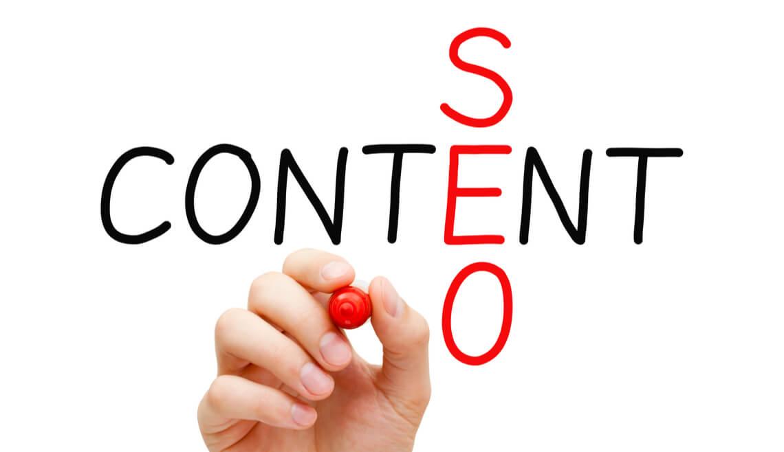 """¿Os acordáis de aquello de """"el contenido es el rey""""? Pues las sucesivas actualizaciones y cambios de algoritmo de Google no han hecho más que darle la razón a este mantra. Con los contenidos EAT y las webs YMYL, el contenido dice: """"sigo siendo el rey"""". Vamos, igual que en la canción. ¡Al lío con las claves para crear textos y contenidos optimizados para SEO! Clave nº1: la experiencia de usuario es SEO. Es decir, partamos de la base de que debes incluir en tu web contenidos originales y que aporten valor a tu público. Puedes hacer esto a través de un blog, de suscripciones a una newsletter o compartiendo contenidos en redes sociales. Incluso a través de una campaña de e-mail marketing puedes generar interés en tus contenidos. La única premisa será su valor, pues sin este factor es difícil conseguir buenos resultados en SEO. ¿Cómo valora Google un buen contenido? Hay controversia en cuanto al número de palabras, pero en la práctica se comprueba que la importancia radica en la buena construcción y la riqueza de los textos o imágenes y su correcto etiquetado. Uno de los factores esenciales en un texto SEO es el nivel de enlazado, tanto interno como externo, es decir: ¿hay buenas páginas apuntando a tu web? Cuando navegan por tu web, ¿se puede saltar fácilmente de un contenido a otro relacionado? Clave nº2: los buscadores aman el SEO. En un contenido optimizado para SEO es fundamental la estrategia de palabras clave, lo que permitirá a los bots mostrar tus páginas según las intenciones de búsqueda adecuadas. Incluye las palabras clave apropiadamente en los títulos y encabezados, y moderadamente en tus textos con un lenguaje natural, nunca forzado. En este sentido, la marcación de datos o rich snippets y los featured snippets ayudarán, correctamente implementados, a que los usuarios que nos busquen nos puedan encontrar. Porque Google busca la naturalidad en las respuestas a las preguntas reales que hacen los usuarios (cómo, por qué, para qué). Y si nos ponemos más técnico"""